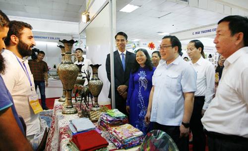 Bí thư Thành ủy Hà Nội Hoàng Trung Hải: đảm bảo hàng thủ công mỹ nghệ có thương hiệu, vị thế  trên thị trường