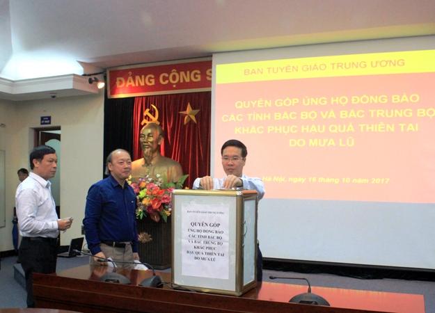 Ban Tuyên giáo Trung ương quyên góp ủng hộ đồng bào khắc phục hậu quả mưa lũ