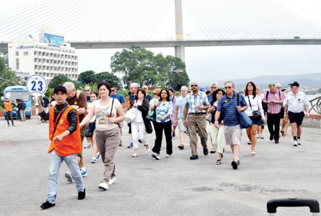 Quảng Ninh tạm dừng hoạt động 12 cơ sở bán hàng phục vụ khách du lịch