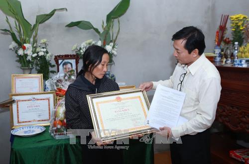 Truy tặng Bằng khen của Bộ trưởng - Trưởng ban Chỉ đạo Trung ương về phòng chống thiên tai cho Nhà báo Đinh Hữu Dư    