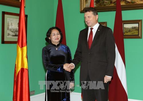 Phó Chủ tịch nước Đặng Thị Ngọc Thịnh hội đàm với Tổng thống Cộng hòa Lát-vi-a