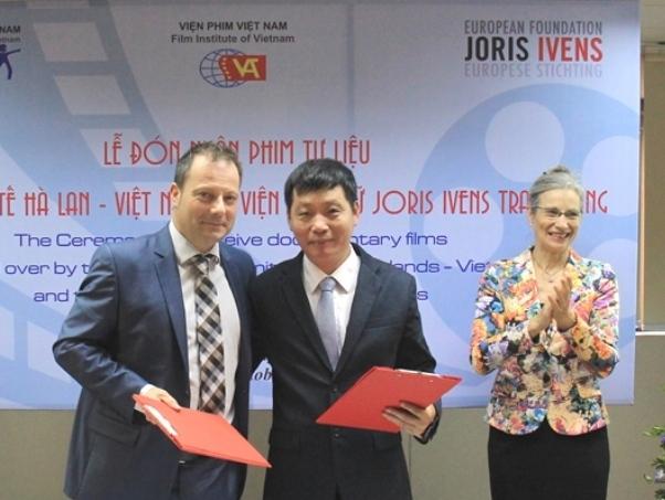 Viện phim Việt Nam tiếp nhận phim tư liệu lịch sử do bạn bè quốc tế trao tặng