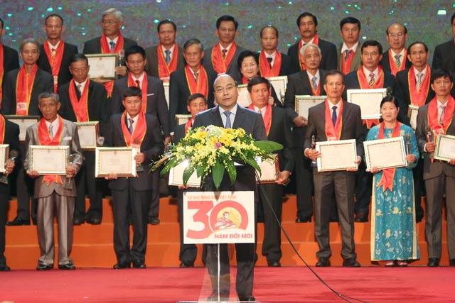 """Tôn vinh và trao danh hiệu """"Nông dân Việt Nam xuất sắc 30 năm đổi mới"""""""