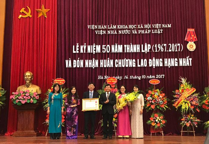 Viện Nhà nước và Pháp luật đón nhận Huân chương Lao động hạng Nhất