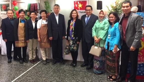 Đại sứ quán Việt Nam tại Hy Lạp tham dự hội chợ hỗ trợ trẻ em khó khăn