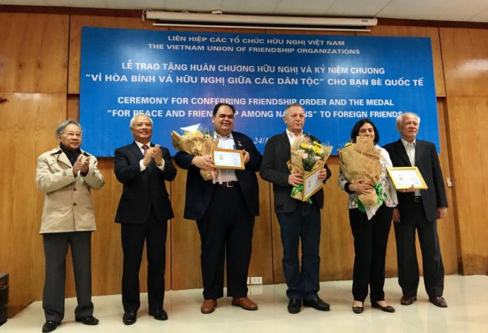 Trao Huân chương Hữu nghị và Kỷ niệm chương tặng bạn bè quốc tế