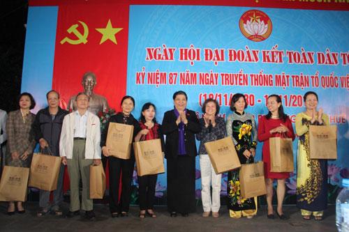 Đồng chí Tòng Thị Phóng dự Ngày hội Đại đoàn kết toàn dân tộc tại phường Thụy Khuê