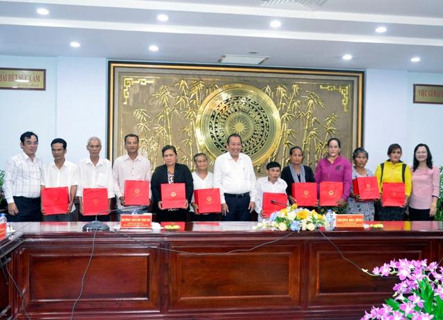 Phó Thủ tướng Thường trực Chính phủ - Trương Hòa Bình trao tặng quà cho hộ chính sách người đồng bào dân tộc Khmer tại Bạc Liêu