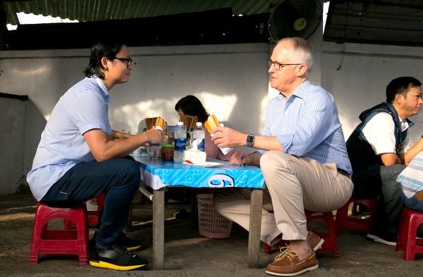 Thủ tướng Úc lần đầu thưởng thức bánh mì ở Đà Nẵng
