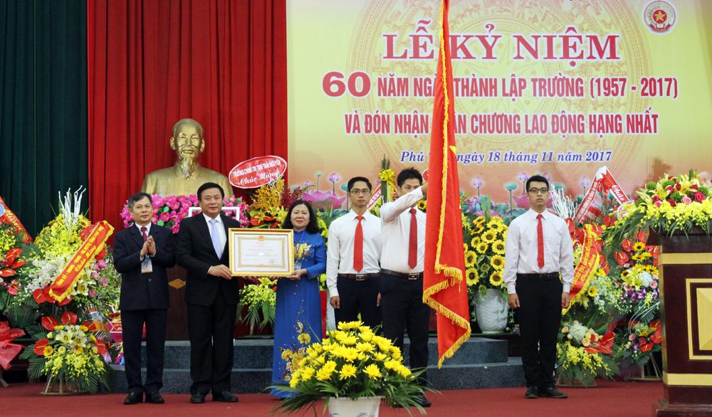 Trường Chính trị tỉnh Phú Thọ đón nhận Huân chương Lao động hạng Nhất