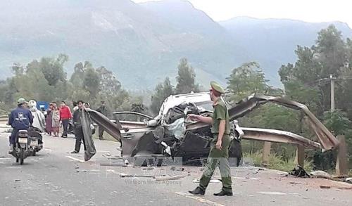 Quảng Nam: Xe ô tô 7 chỗ đâm vào taluy ven đường, 4 người thương vong