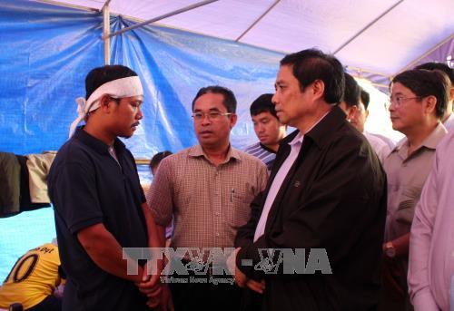 Đồng chí Phạm Minh Chính thăm hỏi người dân bị ảnh hưởng sạt lở núi tại huyện Bắc Trà My, Quảng Nam