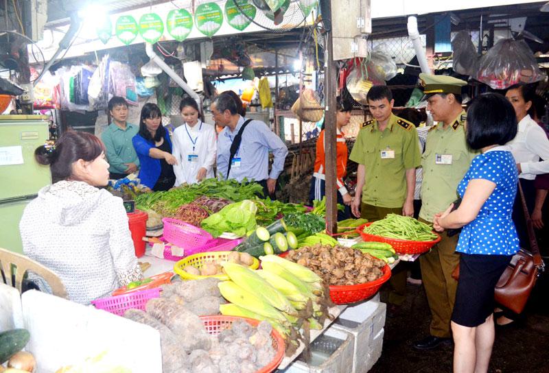 Hà Nội tăng cường kiểm soát thực phẩm phục vụ Tết Nguyên đán 2018