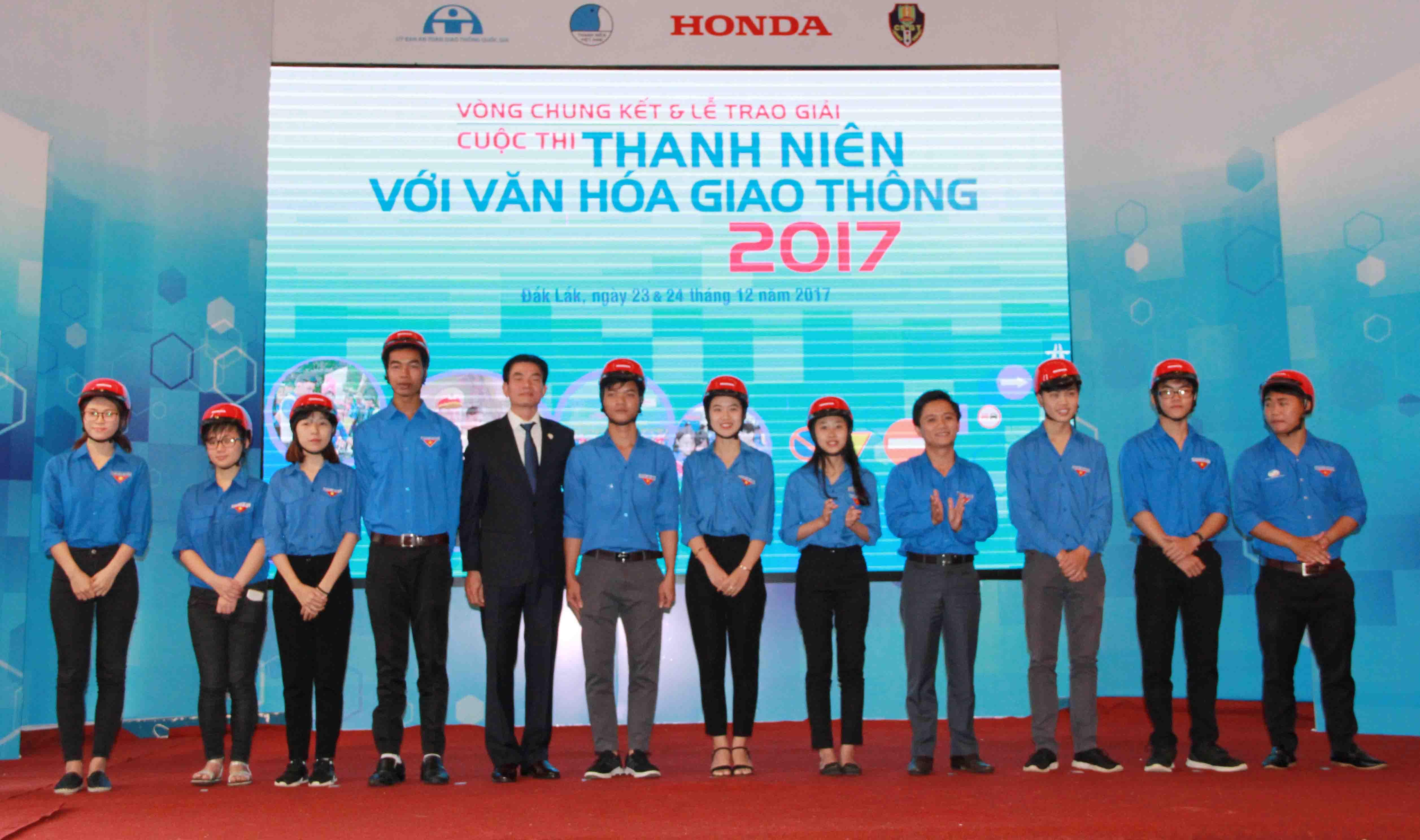 """Trao giải Cuộc thi """"Thanh niên với Văn hóa giao thông"""" năm 2017"""