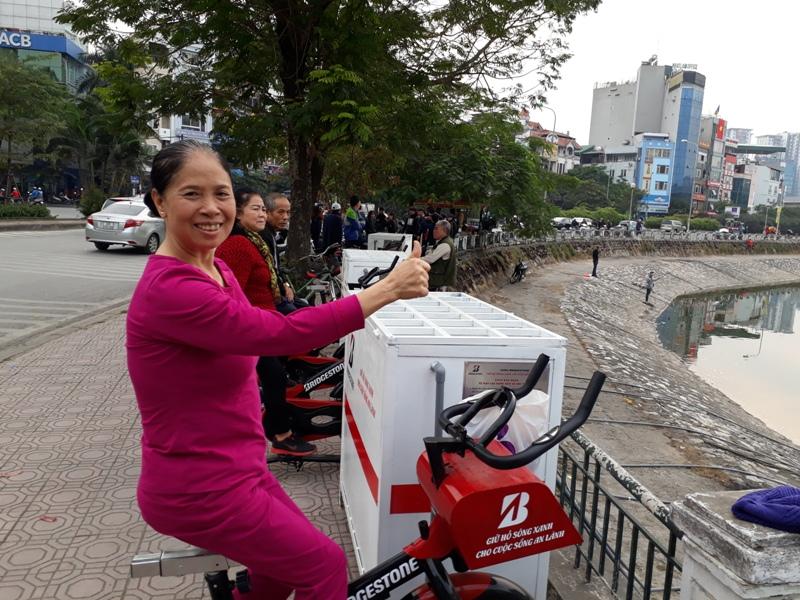 Xe đạp lọc nước góp phần giảm ô nhiễm hồ Hoàng Cầu