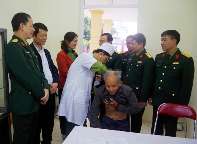 Khám, chữa bệnh, cấp phát thuốc miễn phí cho 300 gia đình chính sách