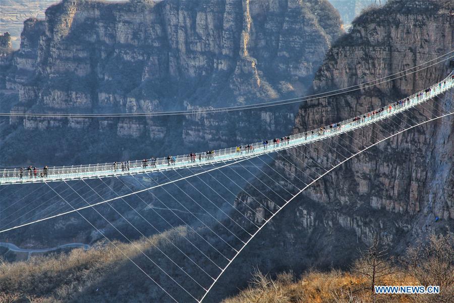 Cầu đáy kính dài nhất thế giới vừa mở cửa đón khách tham quan tại tỉnh Hà Bắc, Trung Quốc.