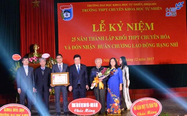 Khối THPT chuyên Hoá, Trường THPT chuyên Khoa học tự nhiên đón nhận Huân chương Lao động hạng Nhì