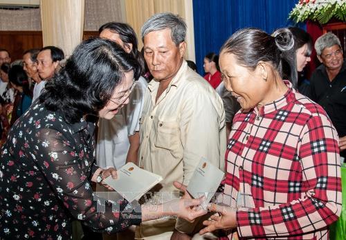 Phó Chủ tịch nước thăm, tặng quà học sinh và hộ nghèo ở An Giang