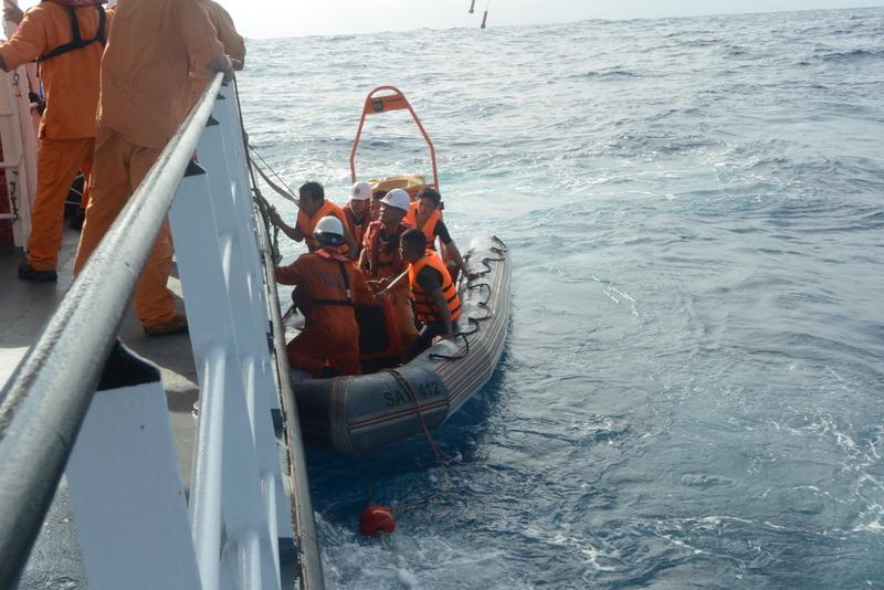 Cứu 7 thuyền viên tàu cá gặp nạn trên biển