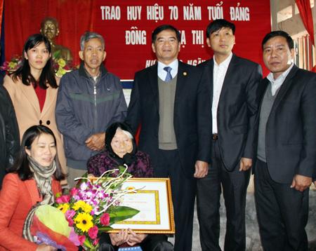 Hưng Yên trao tặng Huy hiệu 70 năm tuổi Đảng cho đảng viên lão thành