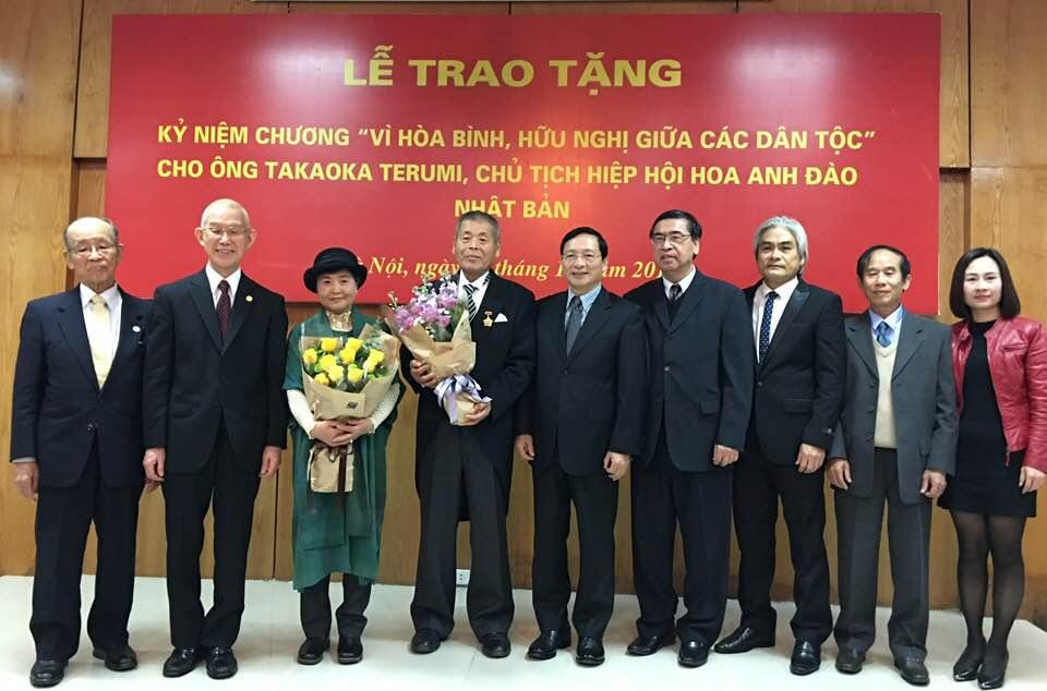 Trao tặng Kỷ niệm chương cho Chủ tịch Hiệp hội Hoa Anh đào Nhật Bản