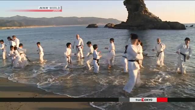Nhật Bản: Trẻ em tập luyện karate dưới nước biển lạnh nhân dịp năm mới