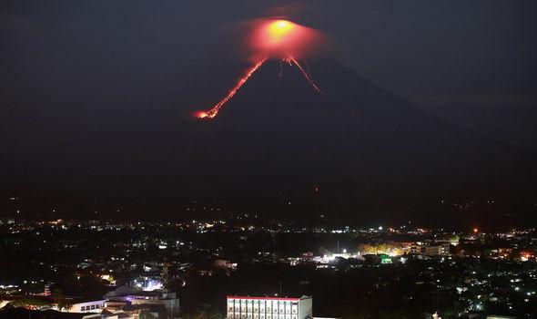 Philippines: Hàng ngàn người dân sơ tán do núi lửa Mayon tiếp tục phun dung nham và tro bụi