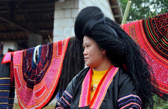 Độc đáo mái tóc người phụ nữ Mông Hoa