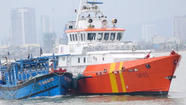 Cứu hộ thành công 11 ngư dân cùng tàu cá gặp nạn trên biển