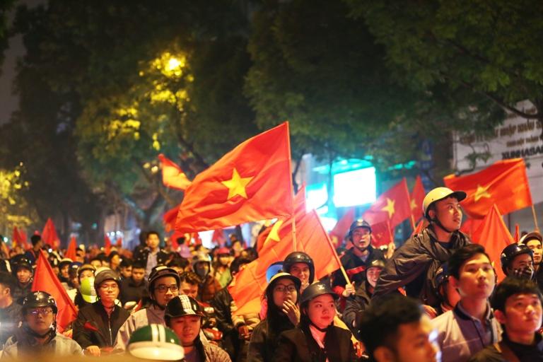 Hà Nội: Hàng nghìn người đổ ra đường mừng chiến thắng lịch sử của U23 Việt Nam