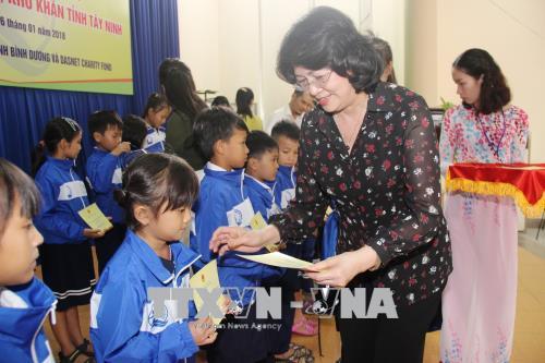 Phó Chủ tịch nước thăm, tặng quà đối tượng chính sách các huyện biên giới tỉnh Tây Ninh