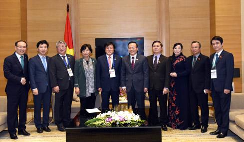 Phó Chủ tịch Quốc hội Phùng Quốc Hiển tiếp Đoàn đại biểu Quốc hội Hàn Quốc