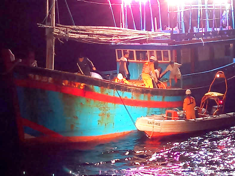 Kịp thời cứu hộ ngư dân bị bệnh hiểm nghèo trên biển