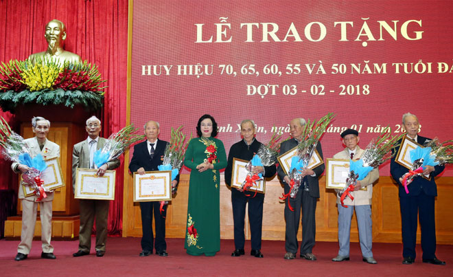 Hà Nội: Trao Huy hiệu Đảng cho các đảng viên lão thành