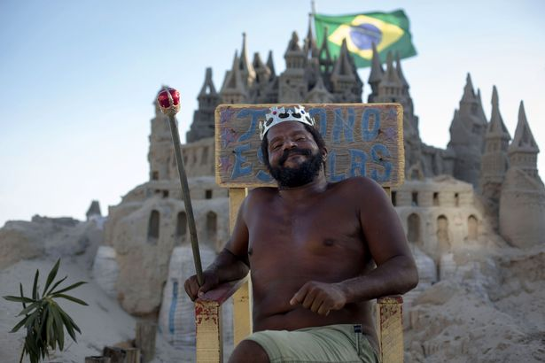 """Brazil: """"Nhà Vua"""" sống ở lâu đài cát suốt 22 năm"""