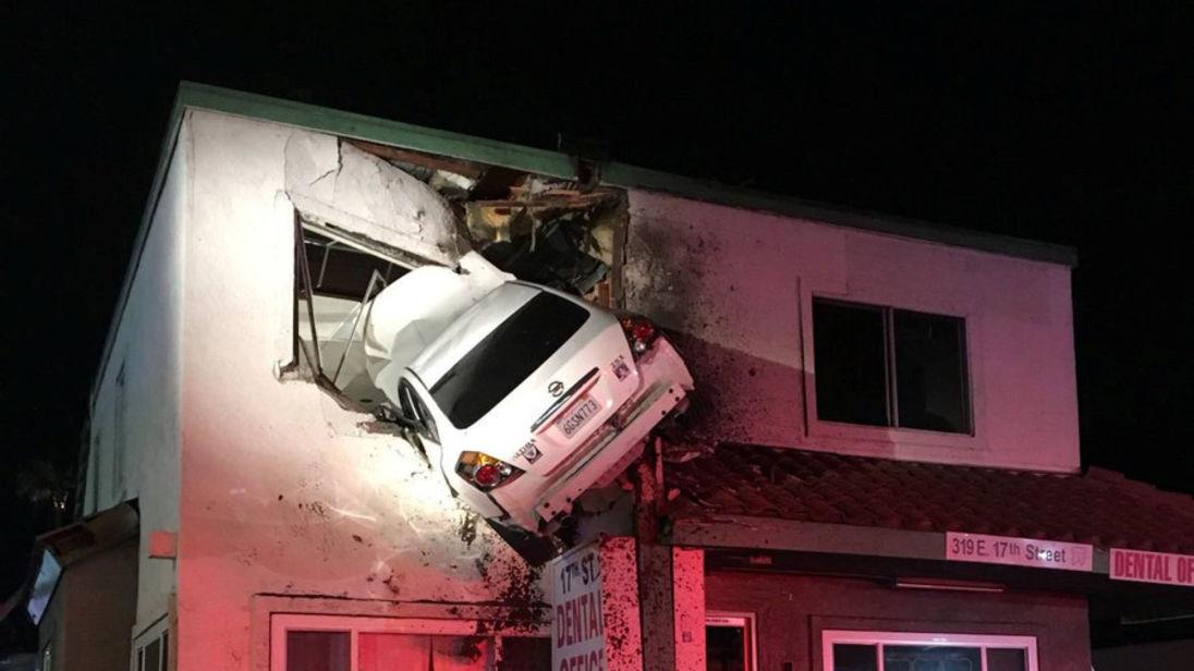 Mỹ: Xe ô tô mắc kẹt trên tầng hai của tòa nhà