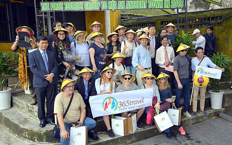 """Đoàn du khách quốc tế đầu tiên """"xông đất"""" Thành phố Hội An năm 2018"""