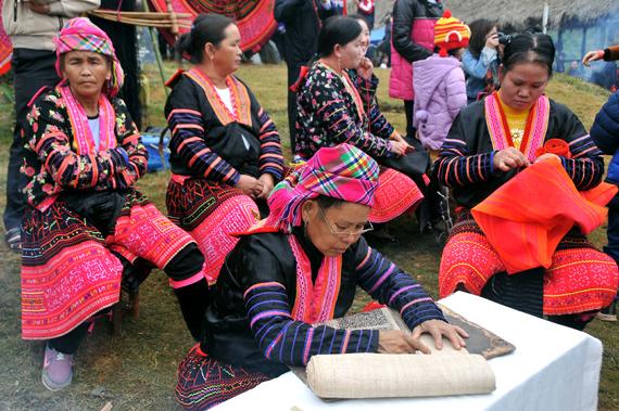 Người H'Mông se lanh, dệt vải