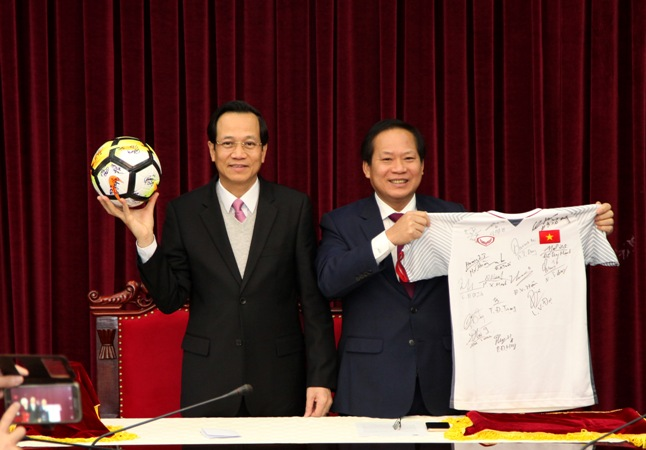 Bóng và áo đấu đội tuyển U23 tặng Thủ tướng đấu giá được 20 tỷ
