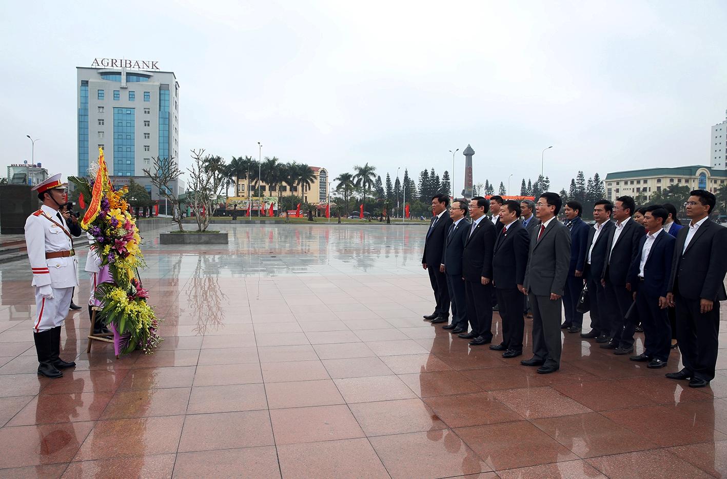 Phó Thủ tướng Vương Đình Huệ dâng hoa, tưởng nhớ Tổng Bí thư Nguyễn Văn Linh