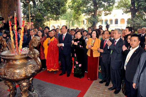 Chủ tịch nước cùng kiều bào dâng hương tại Hoàng thành Thăng Long