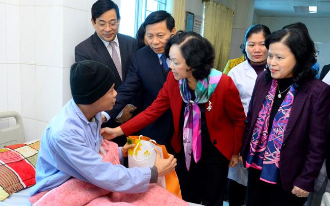 Trưởng ban Dân vận Trung ương tặng quà các bệnh nhân tại Bệnh viện đa khoa tỉnh Bắc Ninh