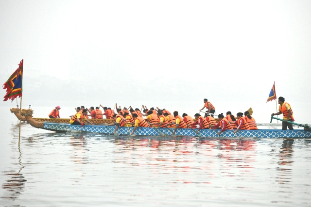 Lễ hội bơi chải thuyền rồng đầu tiên tại Hồ Tây