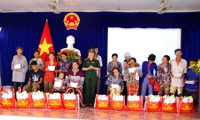 Bộ Chỉ huy Quân sự tỉnh Sóc Trăng chăm lo cho các gia đình chính sách, hộ nghèo