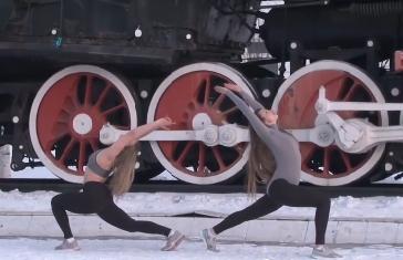 Hai cô gái Nga tập yoga dưới trời tuyết -18 độ C