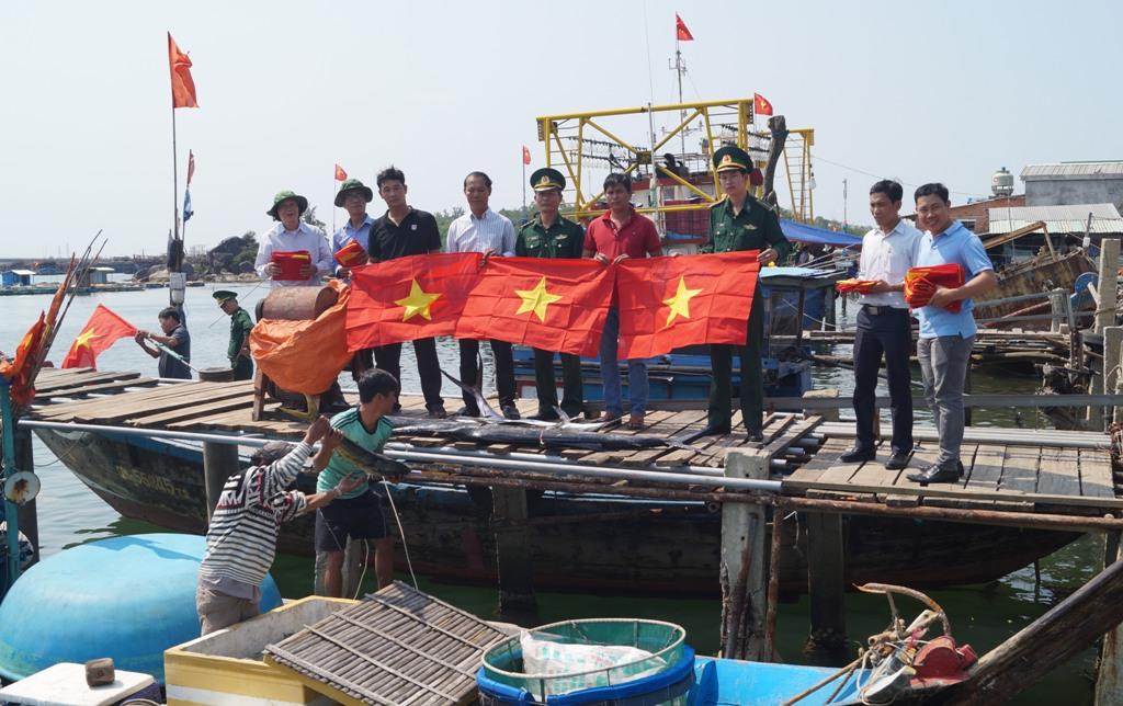 Quảng Ngãi: Tặng cờ tổ quốc cho ngư dân bám biển Trường Sa  