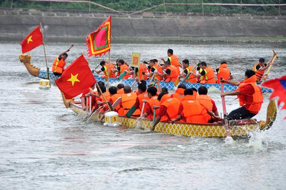 Kịch tính so tài ở Giải bơi chải truyền thống Hà Nội