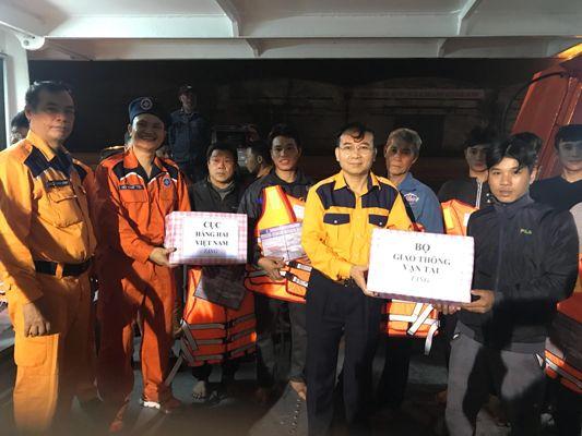 Cứu 8 ngư dân gặp nạn tại vùng biển Vịnh Bắc Bộ