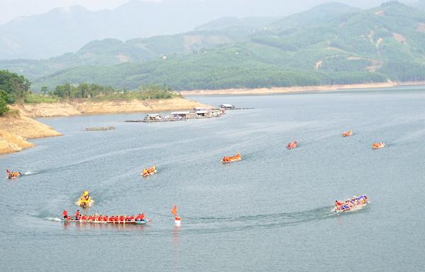 Ấn tượng Giải đua thuyền truyền thống trên lòng hồ thủy điện Sông Tranh 2